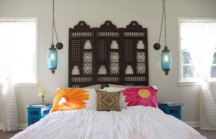 Декорирование спальни яркими подушками в марокканском стиле