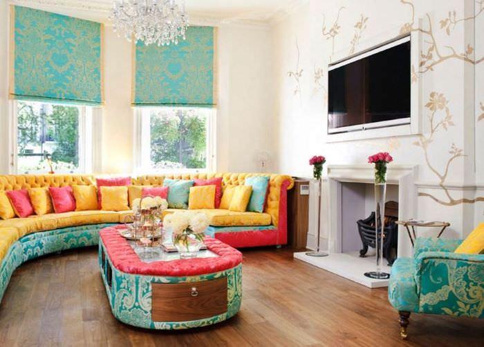 Интерьер гостиной со стеклянными вазами у камина