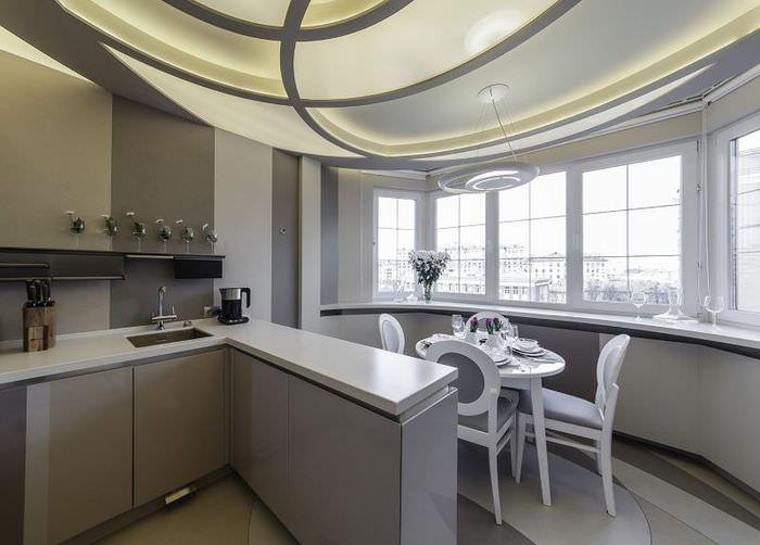 Стол для семейных обедов на балконе, совмещенном с кухней