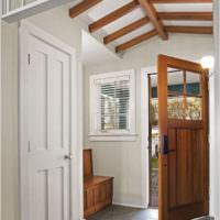 Сочетание различных дверей в прихожей частного дома