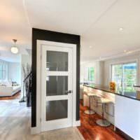 Черное обрамление вокруг белой двери