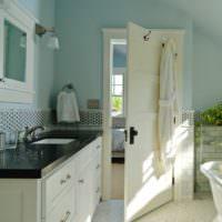 Светлая дверь в интерьере ванной комнаты