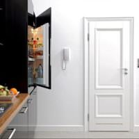 Светлая филенчатая дверь из кухни в коридор
