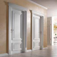 Симметрично расположенные двери светлого оттенка