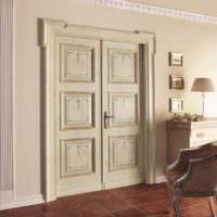 Деревянная дверь с золотыми молдингами