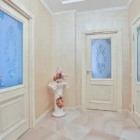 Голубые витражи в деревянных дверях