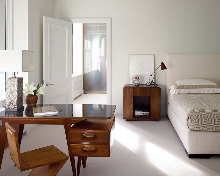 Деревянная мебель с темной отделкой в дизайне спальни в стиле минимализма