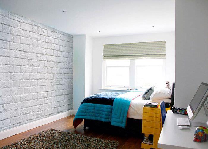 Яркое покрывало в спальне с белыми стенами