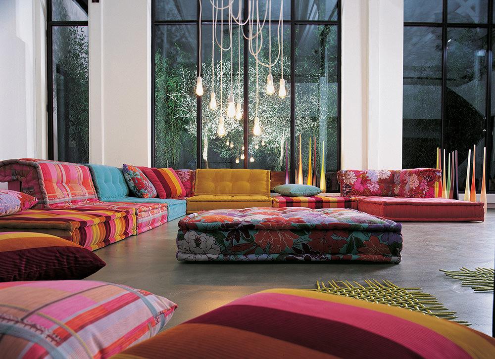 Оформление интерьера гостиной пестрым текстилем