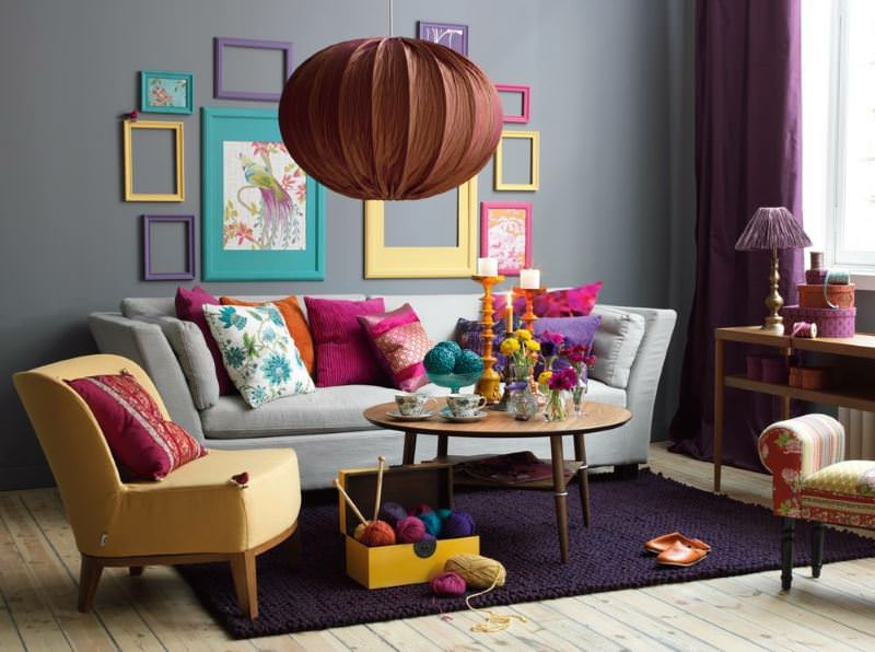 Дизайн гостиной в стиле эклектики с текстильной люстрой