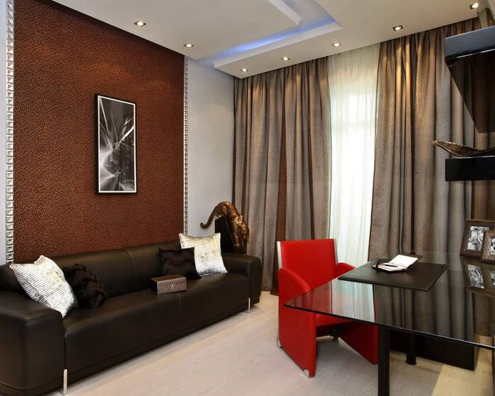 Красное кресло в коричневой гостиной с окнами на юг