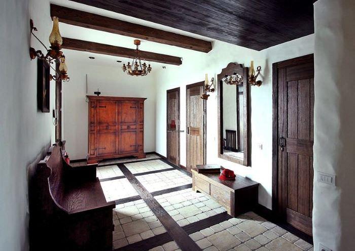 Прихожая чатного дома с деревянными дверями темного оттенка