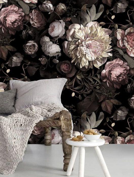 Яркие цветочные обои на стене за деревянной кушеткой
