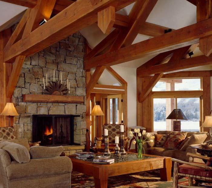 Деревянные балки перекрытий в дизайне гостиной частного дома