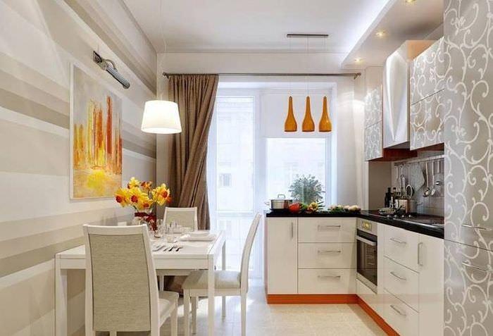 Обеденный стол напротив кухонного гарнитура угловой планировки