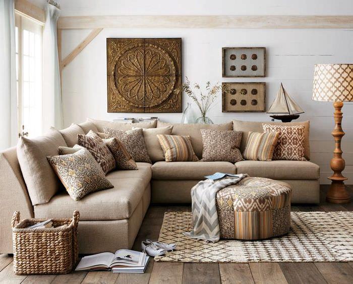 Деревянный пол в гостиной в коричневом цвете