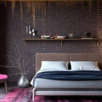 Металлическая ваза в спальне с темными стенами