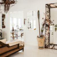 Деревянная ваза у зеркала в гостиной