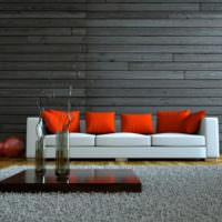 Красные подушки на белом диване