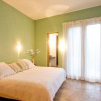 Освещение в спальне с зелеными стенами