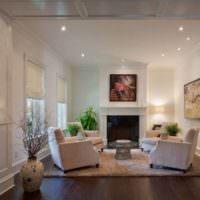 Интерьер белой гостиной с камином