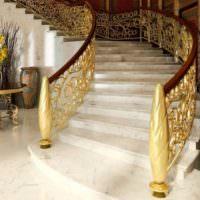 Лестница с золотыми перилами в частном доме
