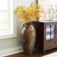 Старинная ваза с сухими ветками