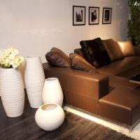 Белые вазы и коричневый диван