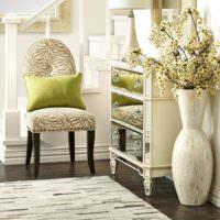 зеленая декоративная подушка на классическом стуле
