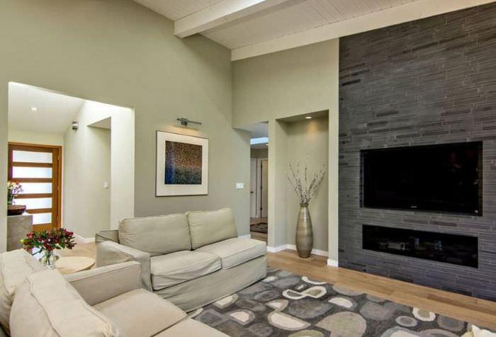 Дизайн гостиной с камином темно-серого цвета
