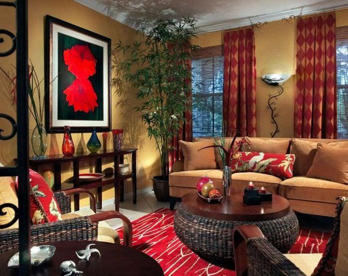 Велюровый диван коричневого оттенка в гостиной частного дома