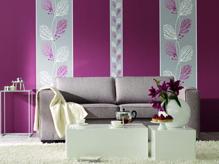 Выделение дивана в гостиной полосами ярких обоев
