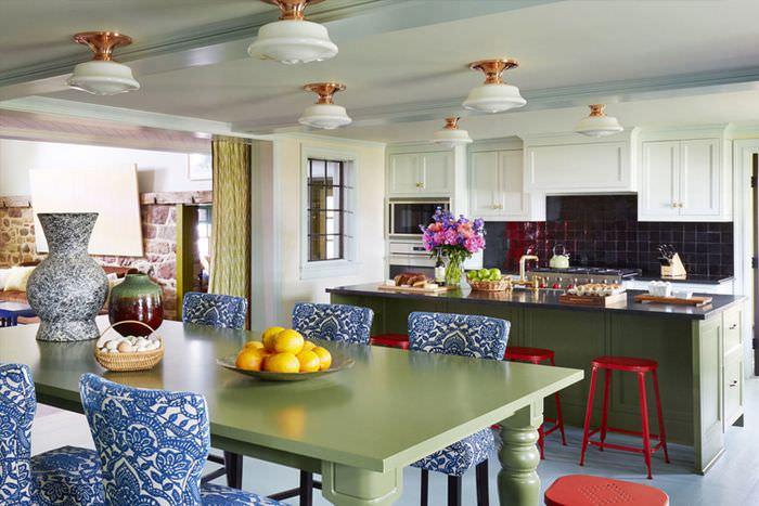 Яркие стулья со спинками за обеденным столом на кухне-гостиной