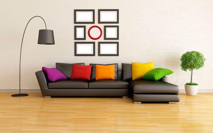 Яркие подушки на коричневом диване в светлой гостиной