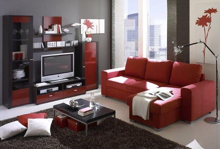 Красная мебель в интерьере комнаты в стиле контемпорари