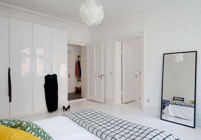 Дизайн спальни в скандинавском стиле с белыми дверями