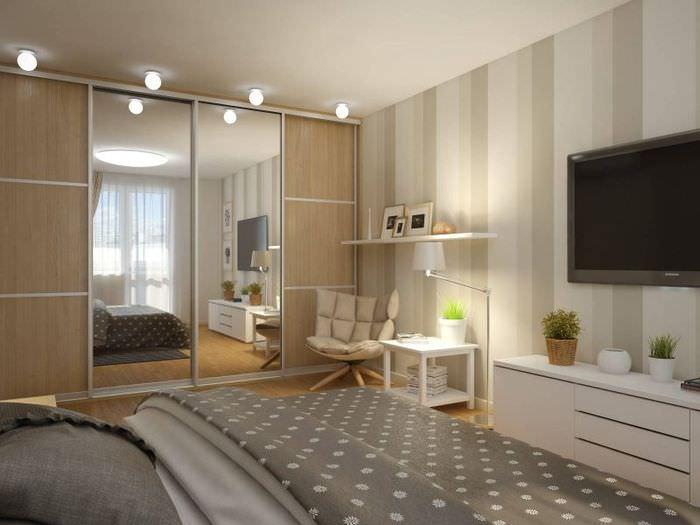 Шкаф с раздвижными зеркалами в спальной однокомнатной квартиры