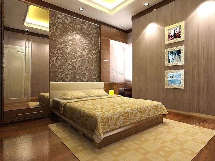 Обои с цветочным орнаментом за изголовьем кровати