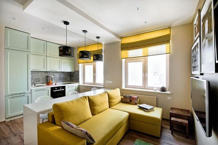 Желтый диван в дизайне однокомнатной квартиры