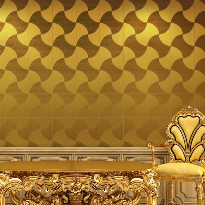 Стул с золотой обивкой на фоне бумажных обоев