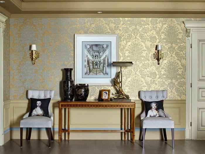 Бумажные обои с золотым тиснением в интерьере гостиной