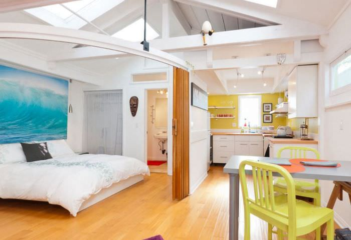 Отделение пространства спальни с помощью раздвижной перегородки