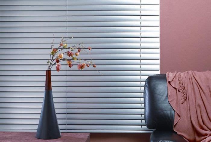 Блестящие алюминиевые жалюзи горизонтального типа