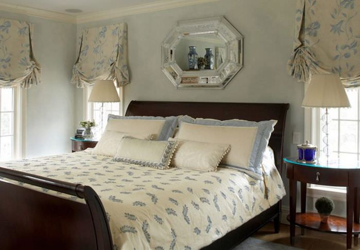 Интерьер спальни с австрийскими шторами