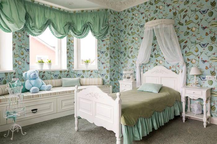Зеленые шторы мятного оттенка на окнах детской комнаты