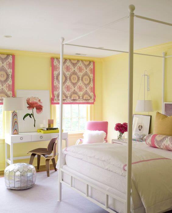 Римские шторы с розовой окантовкой в спальне девушки