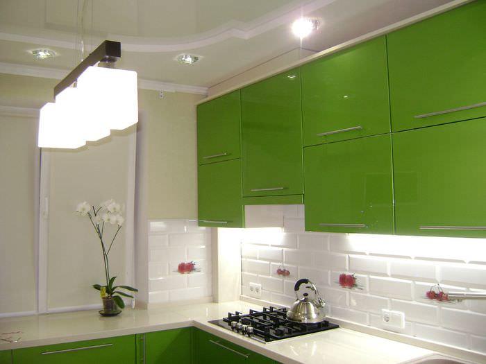 Интерьер белой кухни с зеленым гарнитуром