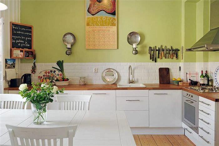 Интерьер кухни со стеной фисташкового цвета