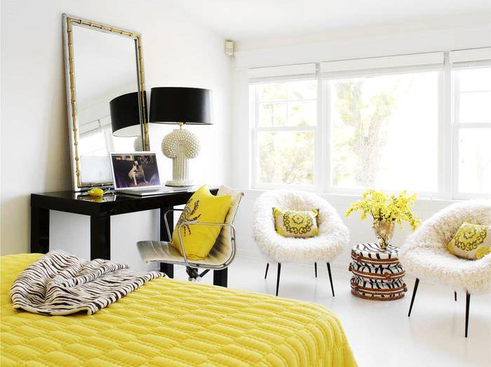 Желтое покрывало в белой спальне