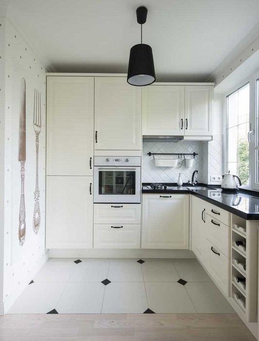 Угловой кухонный гарнитур с белыми фасадами